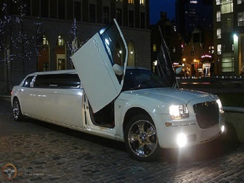 Birmingham Limo Hire CHRYSLER C300 BABY BENTLEY LIMO arrive in style.